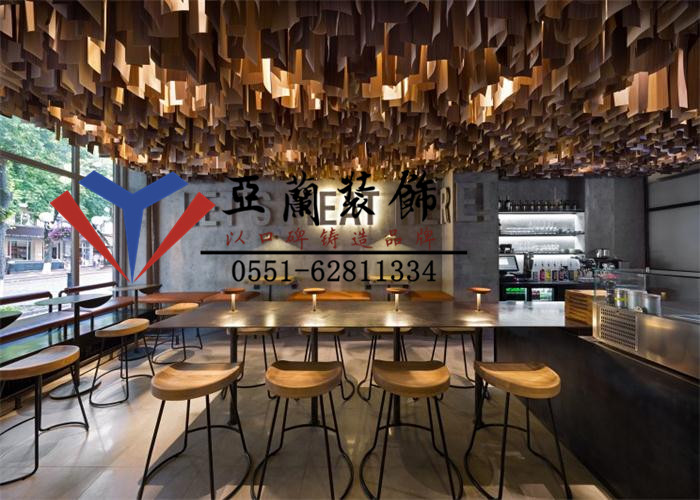 2016年4月12日,杨经理等人来访我公司,杨先生是一家大型汉堡快餐店的负责人,公司准备把汉堡餐厅的一些设计装修以及施工外包出去,通过亲戚介绍了解到我们有多年的快餐店装修经验,希望我们公司能尽快为他提供装修设计的方案。公司随即成立了以刘工为首的项目团队。又经过几个小时的详谈之后,双方确认了量房时间。
